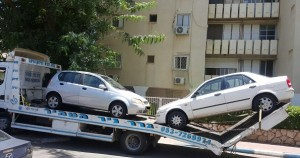 גרירה של 2 רכבים ישנים לפירוק